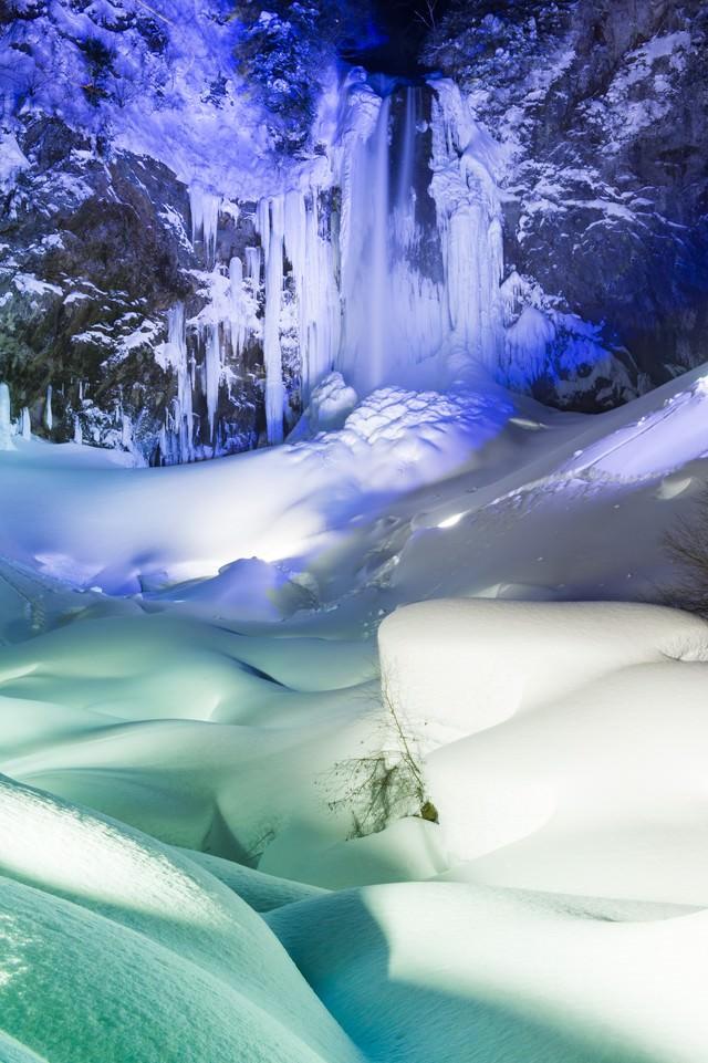 ライトアップされた平湯大滝(日本の滝百選)の写真