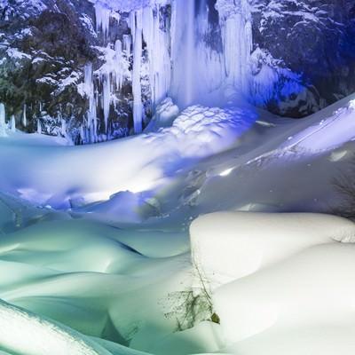 「ライトアップされた平湯大滝(日本の滝百選)」の写真素材