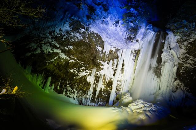 平湯大滝結氷まつりのライトアップの写真