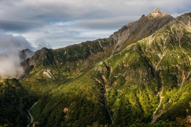 奥丸山から望む北アルプス槍ヶ岳と槍ヶ岳山荘の写真