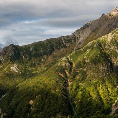 「奥丸山から望む北アルプス槍ヶ岳と槍ヶ岳山荘」の写真素材