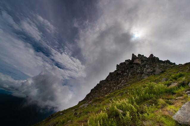 広大な空と岩が見えれば焼岳山頂まであとすこしの写真
