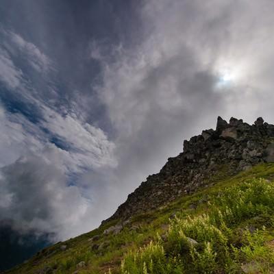 「広大な空と岩が見えれば焼岳山頂まであとすこし」の写真素材