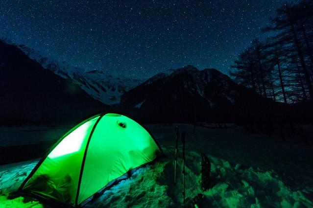 極寒の空に満天の星空が見える上高地の小梨平の写真