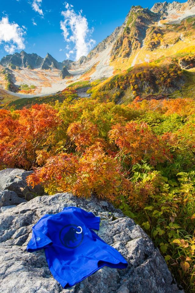 紅葉の涸沢カールとアウトドア用Tシャツの写真