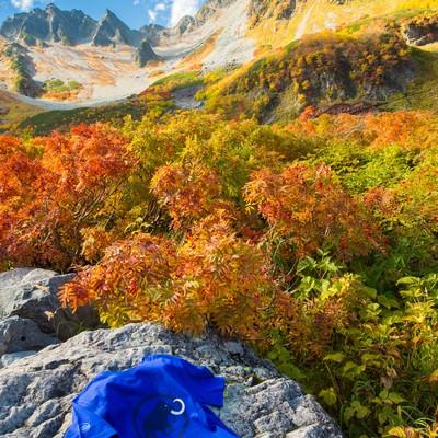 「紅葉の涸沢カールとアウトドア用Tシャツ」の写真素材