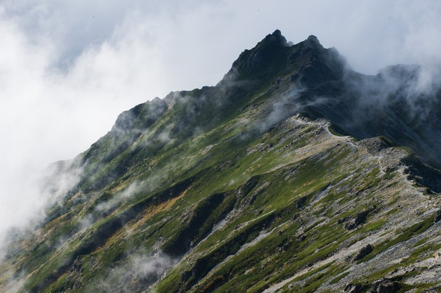 「雲海の中に隠れる夏の西鎌尾根」のフリー写真素材