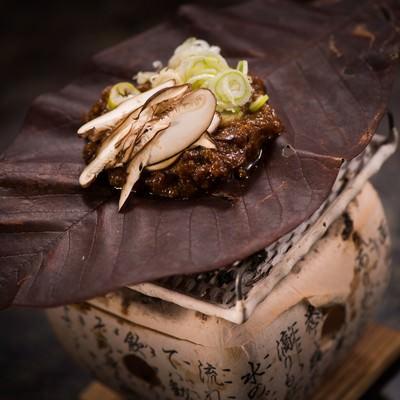 奥飛騨の朝食の定番! ご飯のおとも朴葉味噌の写真