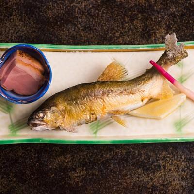 「奥飛騨の渓流で釣れる魚を絶妙な塩加減で焼き上げる栄太郎の夕食」の写真素材
