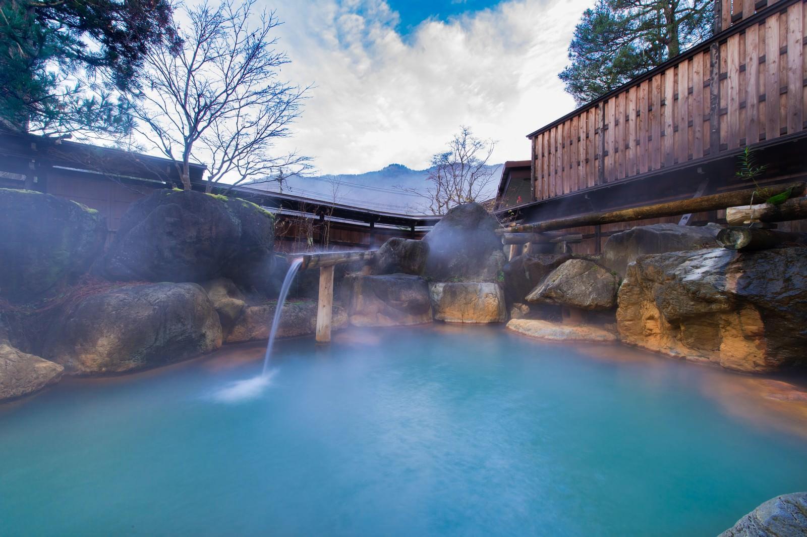 「泳げるほど広い平湯館の源泉かけ流し岩露天風呂」の写真