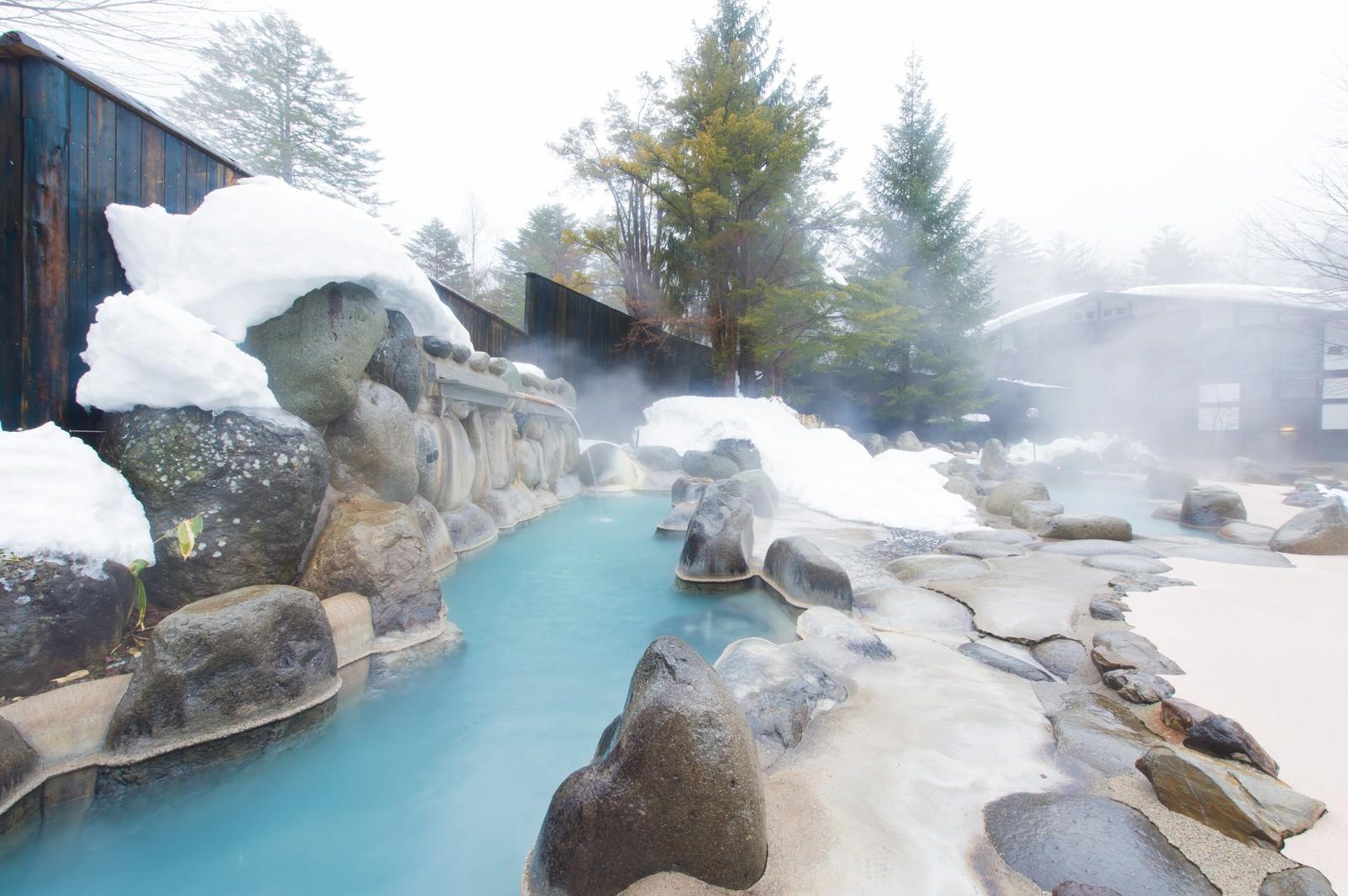 「北アルプスの広大な景色を見渡せる大露天風呂で源泉かけ流しを楽しめる「ひらゆの森」」の写真
