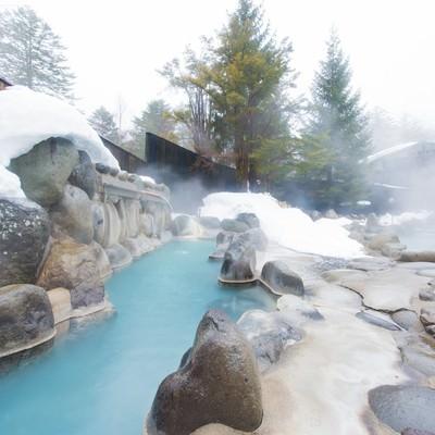 「北アルプスの広大な景色を見渡せる大露天風呂で源泉かけ流しを楽しめる「ひらゆの森」」の写真素材