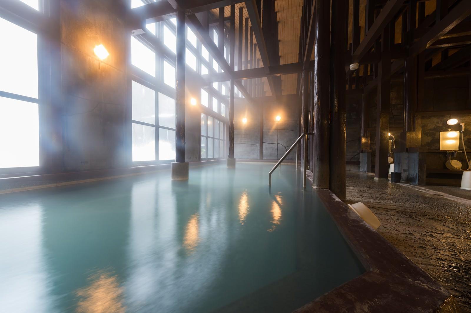 「レトロな雰囲気たっぷりの温泉施設「ひらゆの森」の源泉かけ流しの内湯」の写真