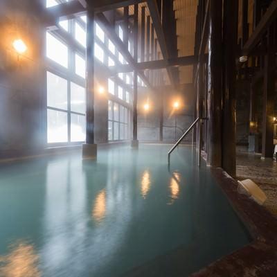 「レトロな雰囲気たっぷりの温泉施設「ひらゆの森」の源泉かけ流しの内湯」の写真素材