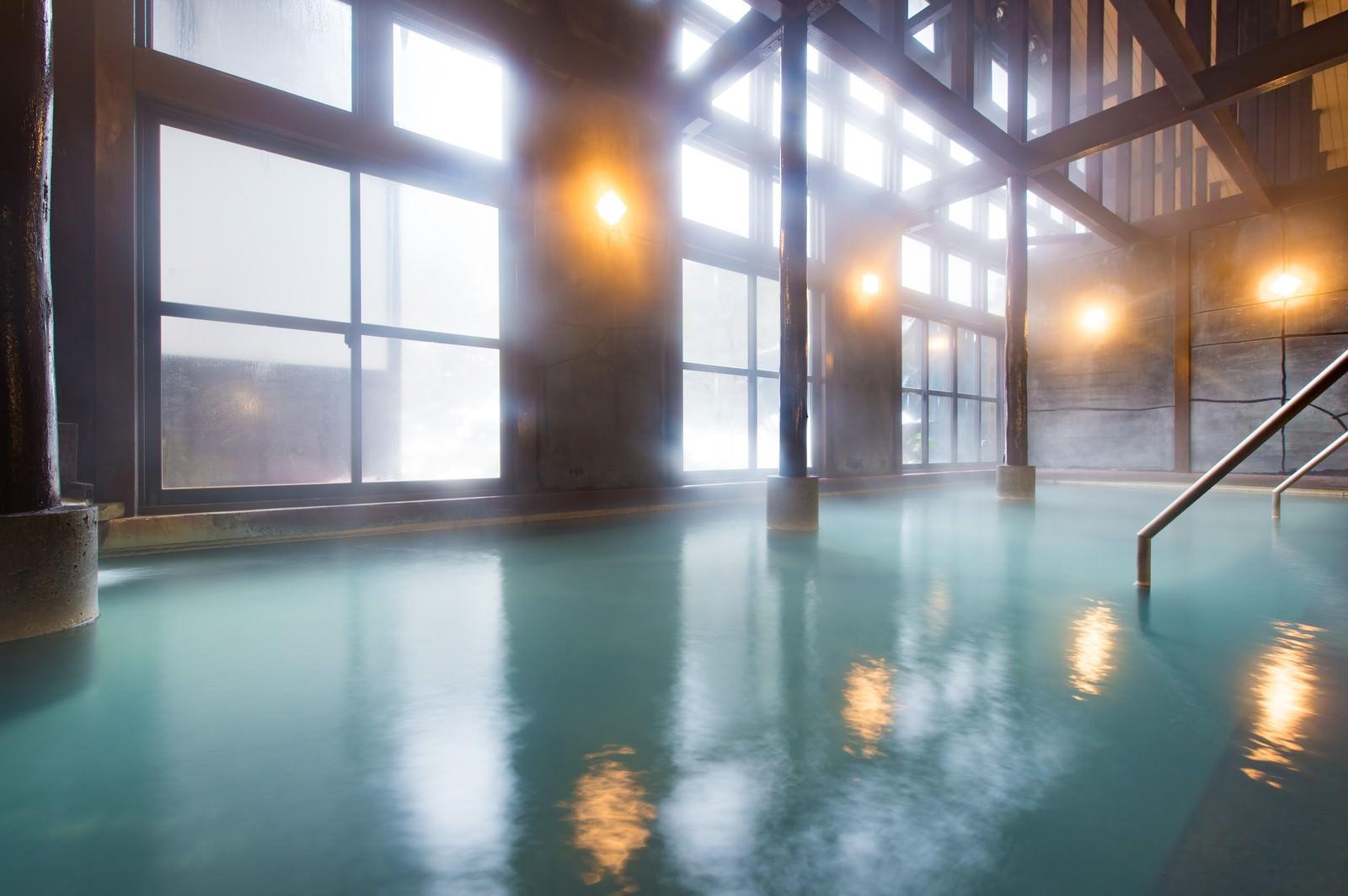「「ひらゆの森」の青白色の源泉かけ流し温泉からはほんのりと硫黄の匂い」の写真
