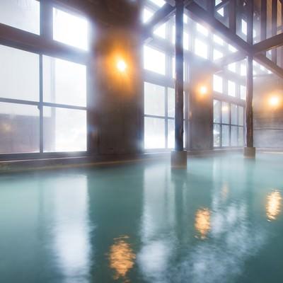 「「ひらゆの森」の青白色の源泉かけ流し温泉からはほんのりと硫黄の匂い」の写真素材