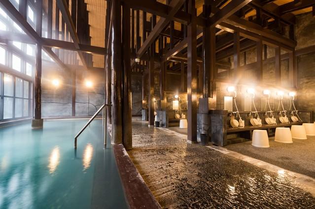 硫黄の匂いが漂う青白く濁った源泉かけ流しの大浴場「ひらゆの森」の内湯の写真