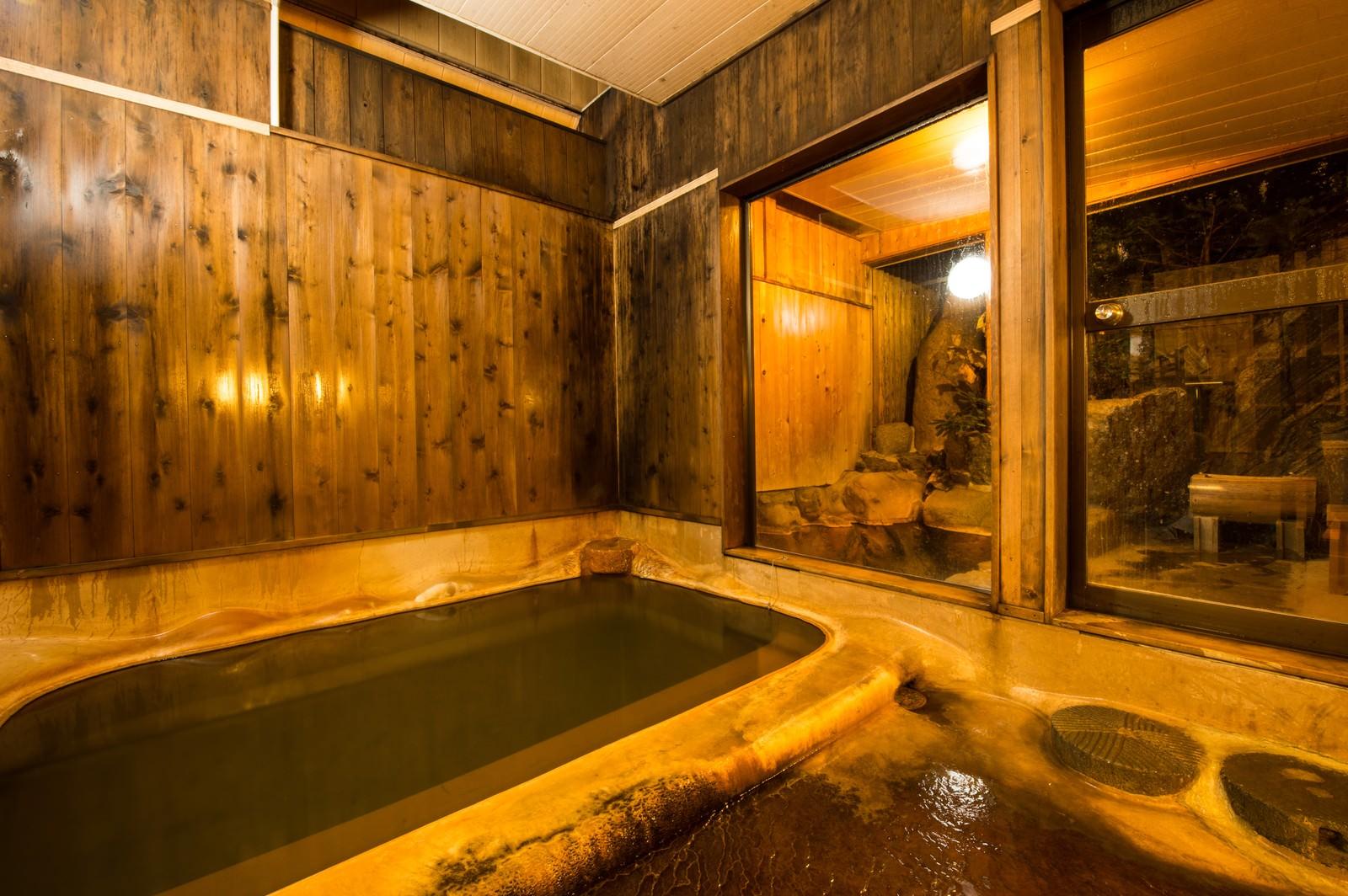 「レトロな雰囲気が心地よい栄太郎の源泉かけ流しの内湯」の写真
