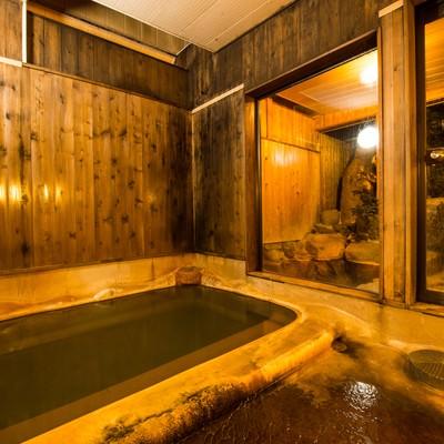「レトロな雰囲気が心地よい栄太郎の源泉かけ流しの内湯」の写真素材