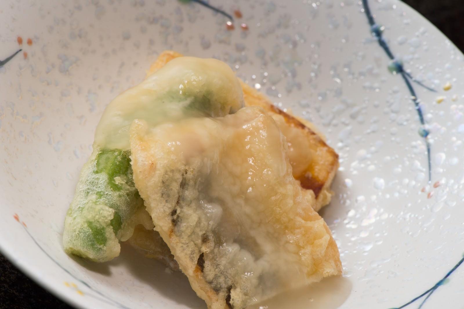 「旬の野菜と鮎の天ぷらの銀餡かけ」の写真