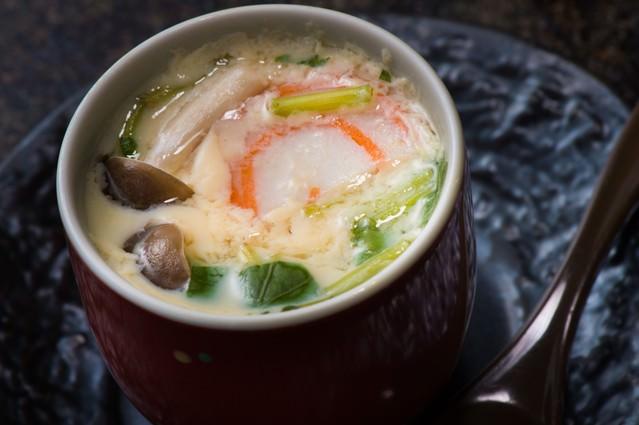 熱々で出てくる旬の野菜盛りだくさんの栄太郎の茶碗蒸しの写真