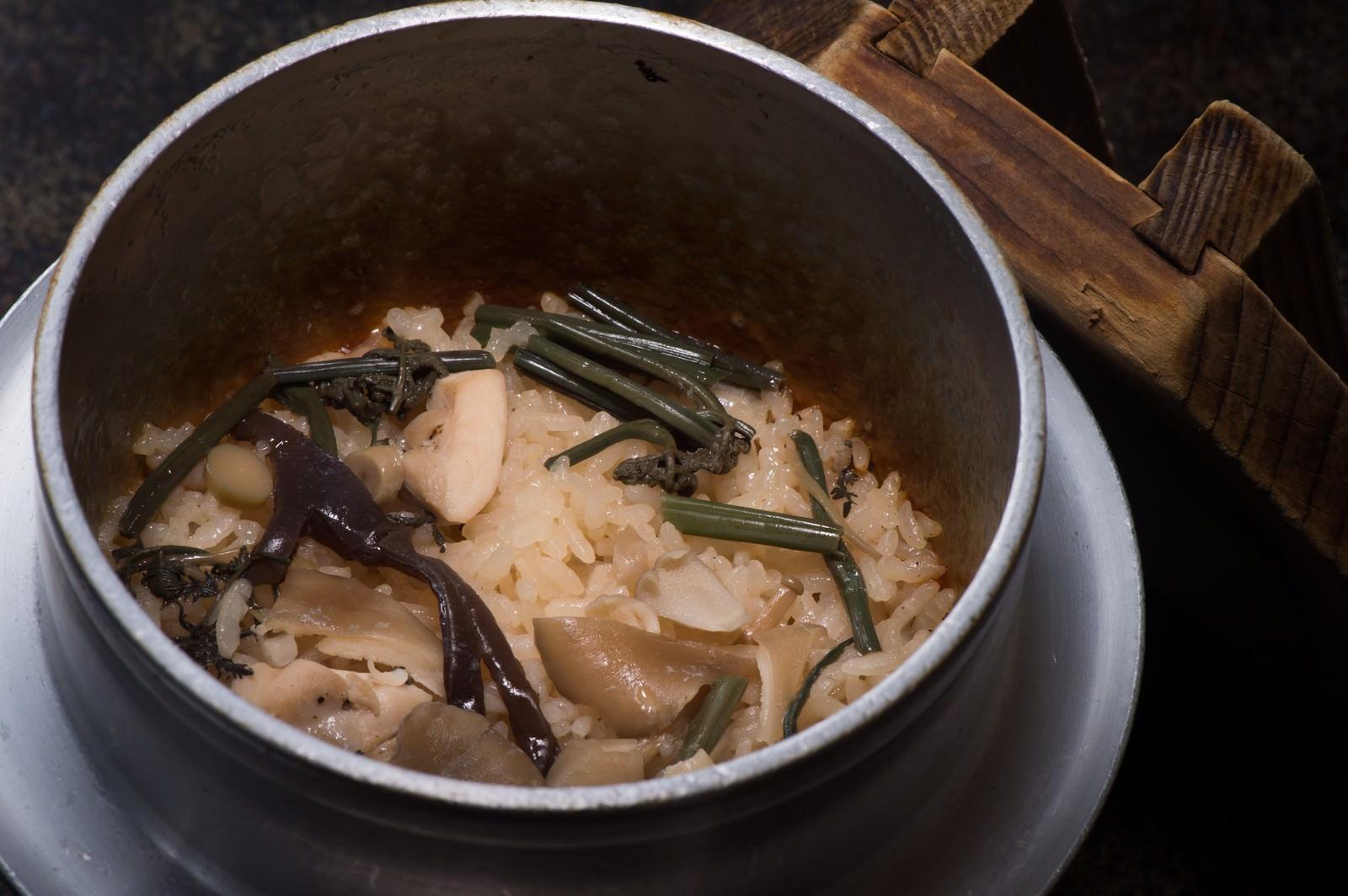 「奥飛騨の料理宿「栄太郎」自慢の山菜釜飯」の写真