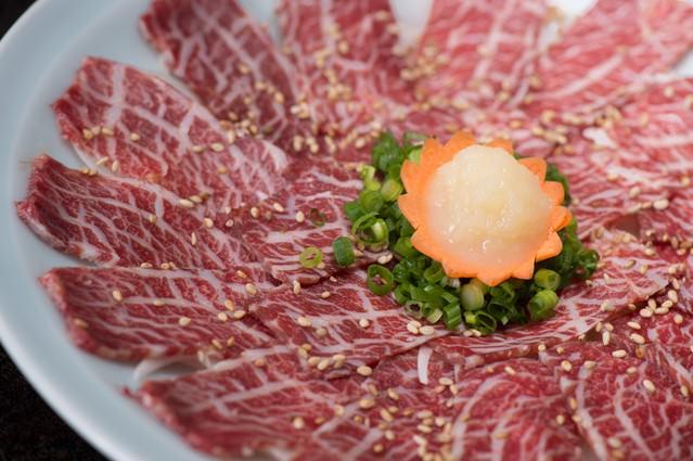 おろしにんにくと刻みネギで食べるのがおすすめ!料理宿「栄太郎」の新鮮な馬刺しの写真