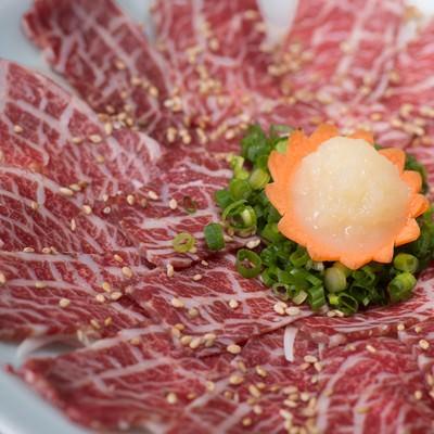 「おろしにんにくと刻みネギで食べるのがおすすめ!料理宿「栄太郎」の新鮮な馬刺し」の写真素材