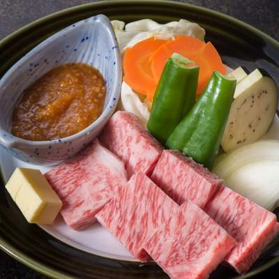 「極上のA5ランク飛騨牛サーロインステーキを味噌で食べるのが栄太郎の流儀」の写真素材