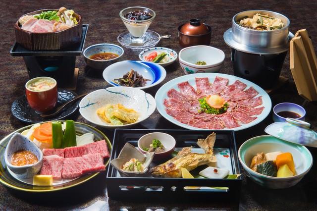 奥飛騨エリアで最高評価の料理宿「栄太郎」の飛騨牛サーロインがついてくる夕食の写真