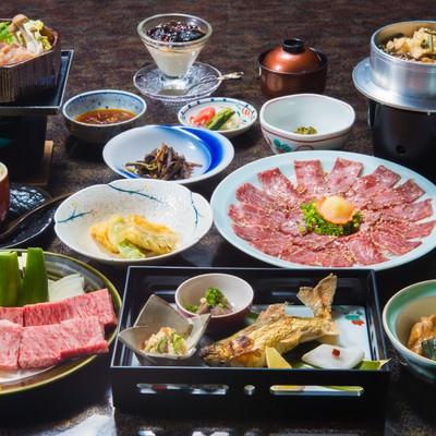 「奥飛騨エリアで最高評価の料理宿「栄太郎」の飛騨牛サーロインがついてくる夕食」の写真素材