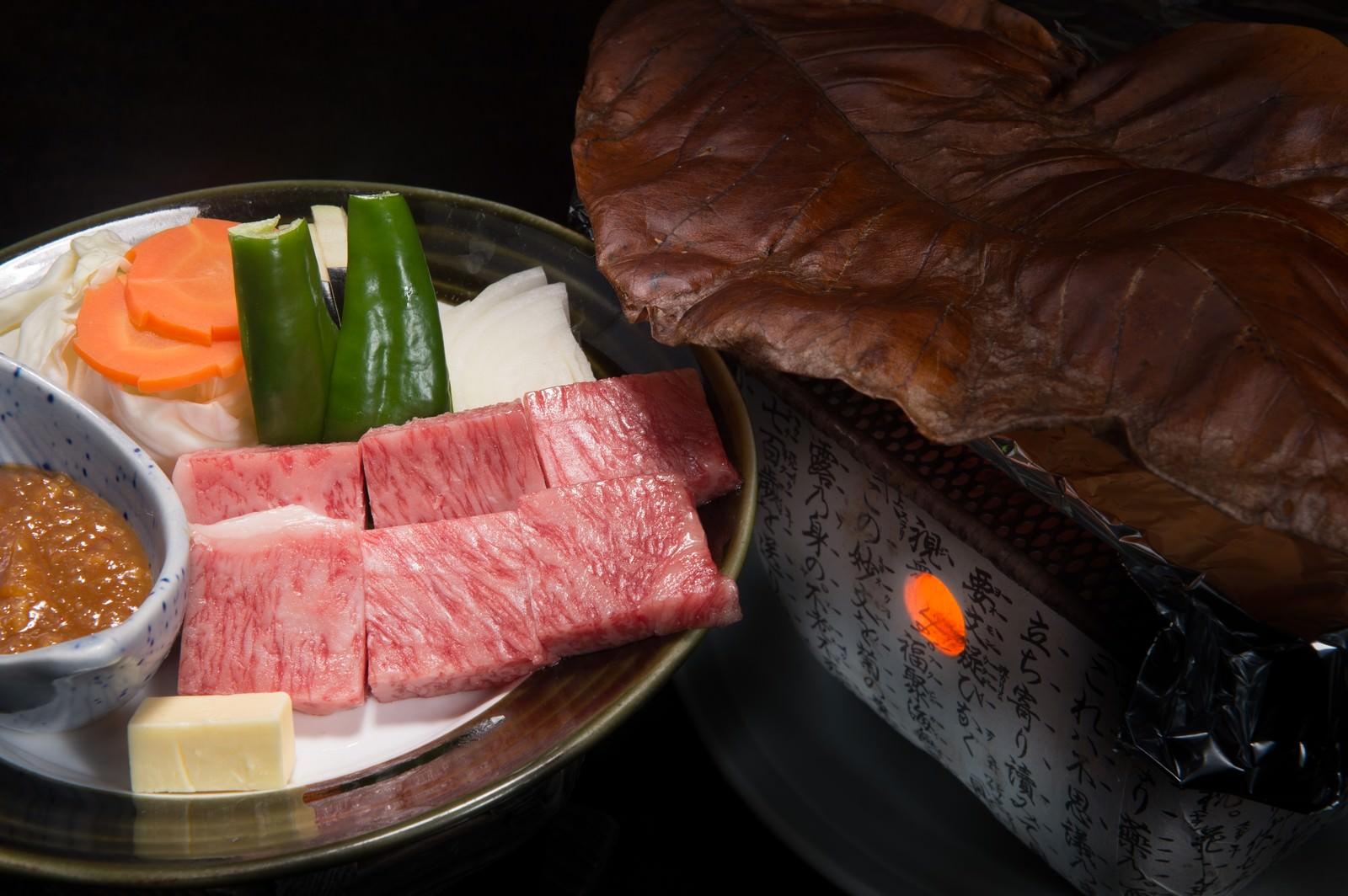「炭火と朴葉でA5ランク飛騨牛ステーキを焼き上げる」の写真