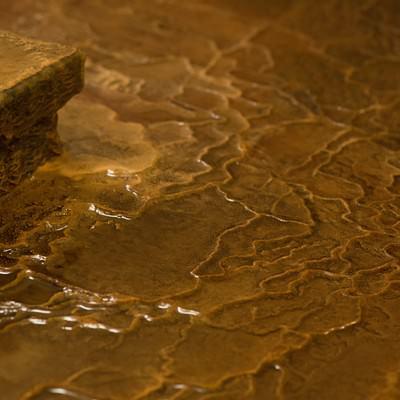 「源泉かけ流しの証である波状に溶けた「栄太郎」の浴場の床」の写真素材