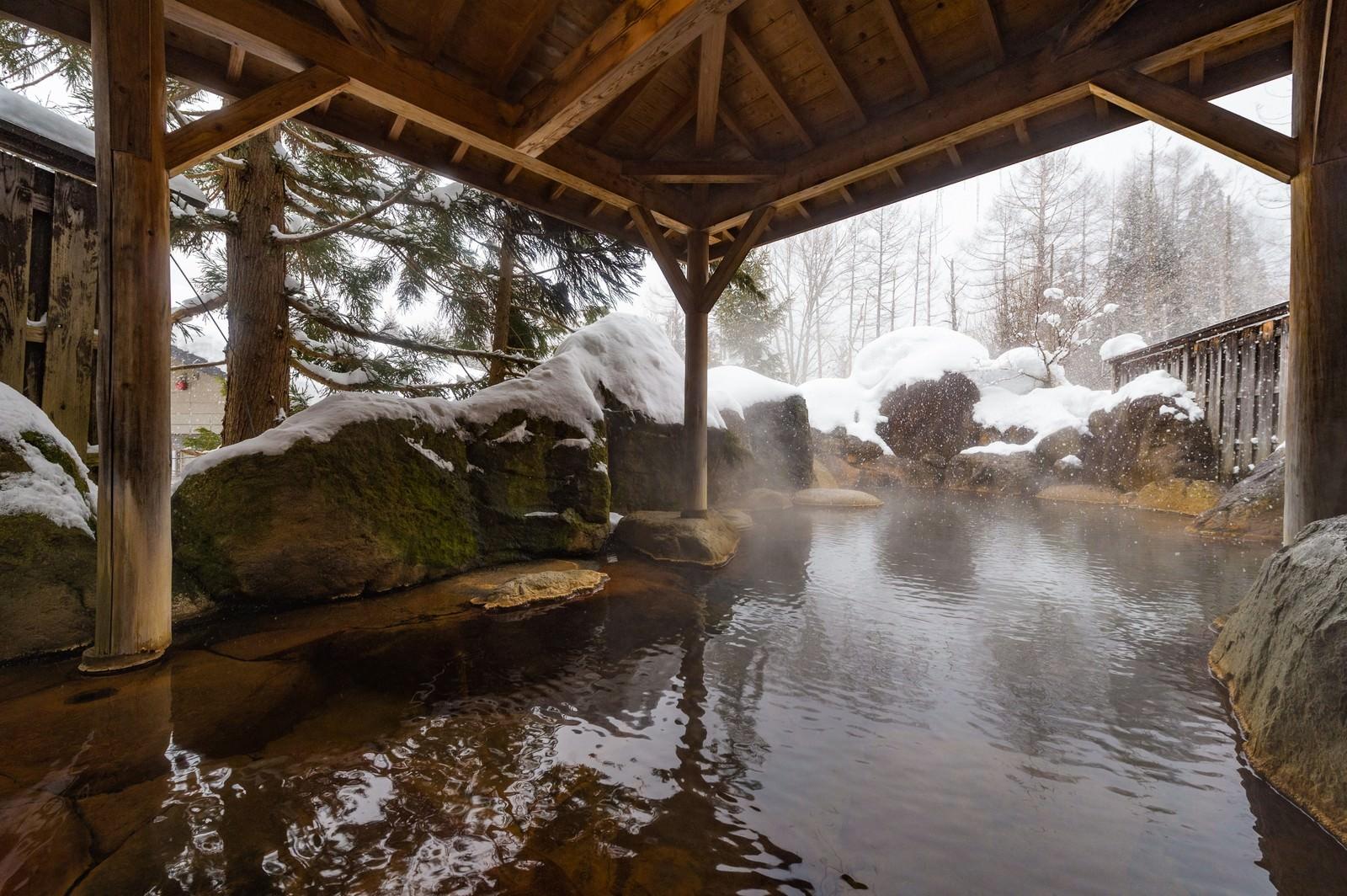 「雪が積もる露天風呂(平湯プリンスホテル)」の写真[モデル:茜さや]