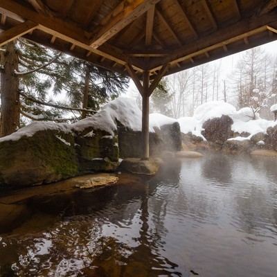 「雪が積もる露天風呂(平湯プリンスホテル)」の写真素材