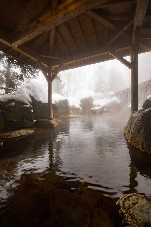 「雪が降り積もる露天風呂」のフリー写真素材