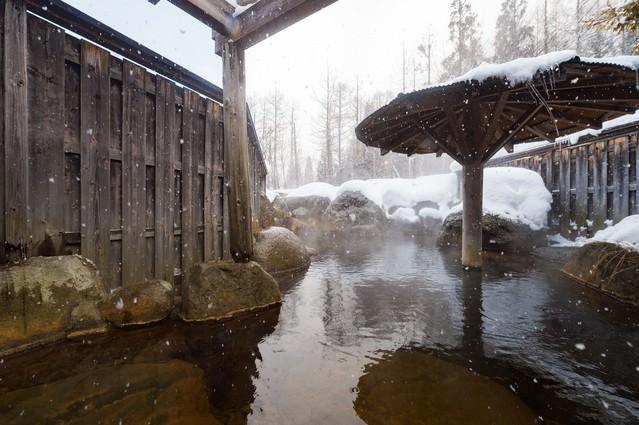 「冬の醍醐味、雪の露天風呂」のフリー写真素材