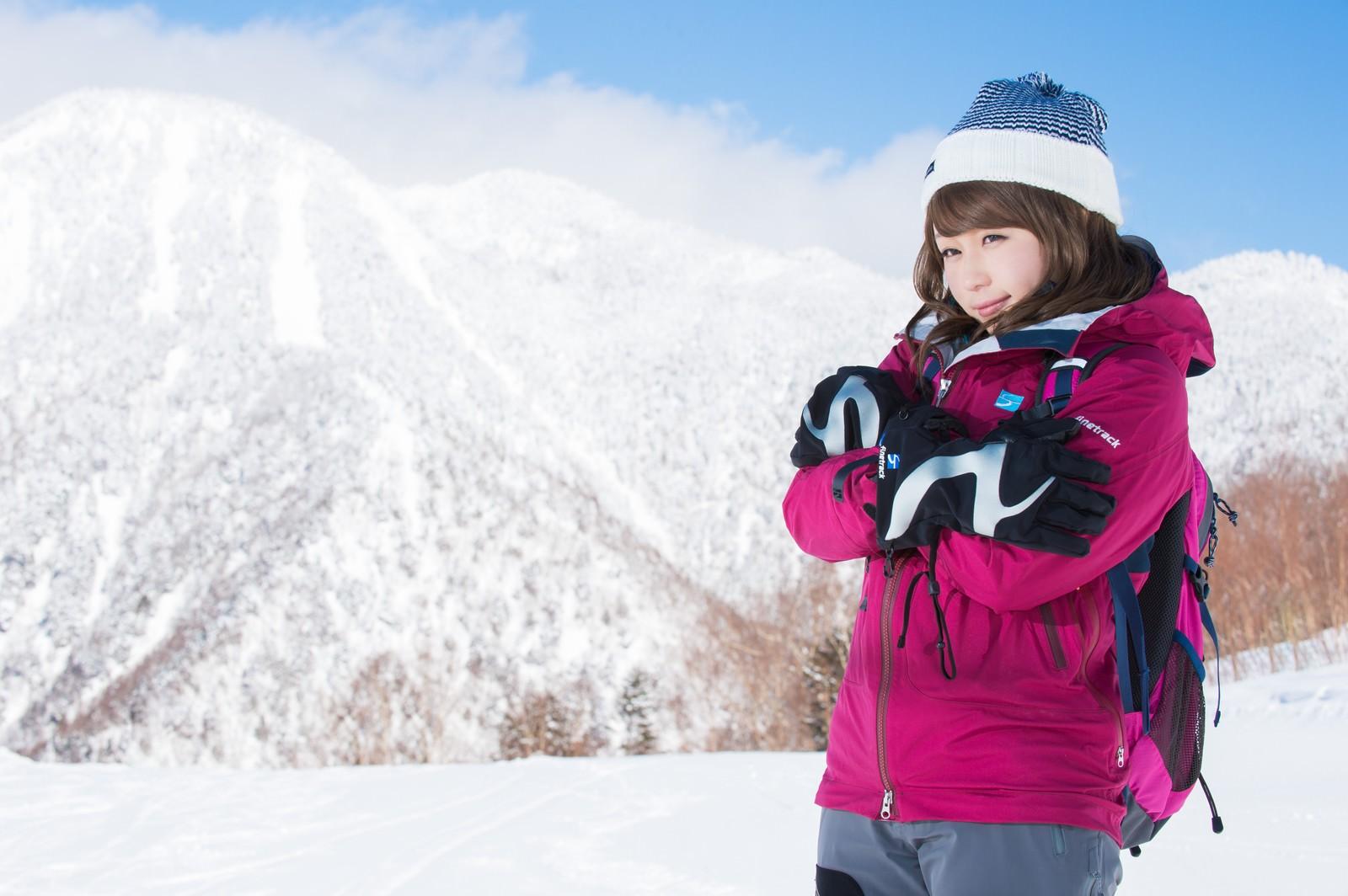 「標高の高い雪山でも万全のレイヤリング標高の高い雪山でも万全のレイヤリング」[モデル:茜さや]のフリー写真素材を拡大