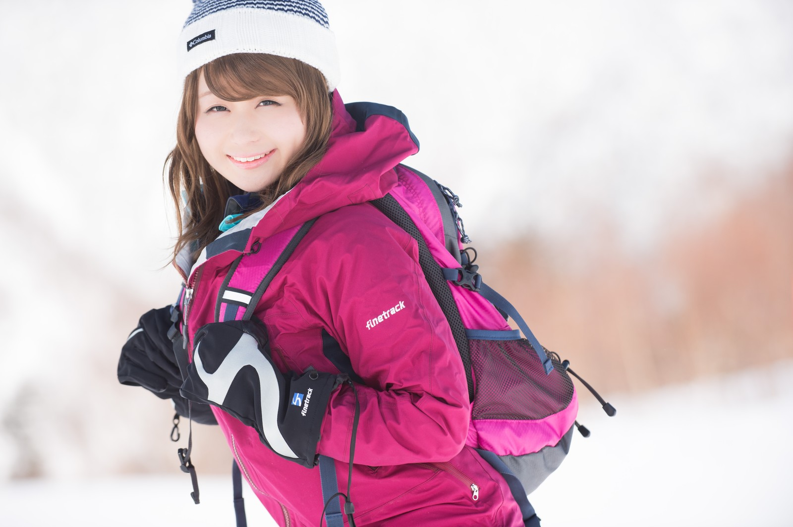 「雪山が楽しすぎて会社に行くモチベーションノットファウンド」の写真[モデル:茜さや]