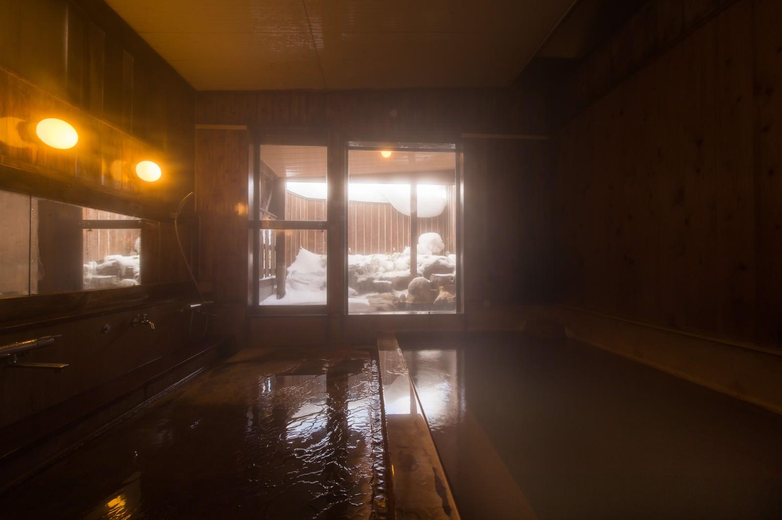 「秘湯感の雰囲気がある冬の栄太郎の内湯」の写真