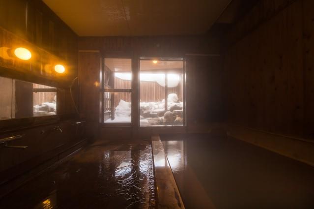 秘湯感の雰囲気がある冬の栄太郎の内湯の写真