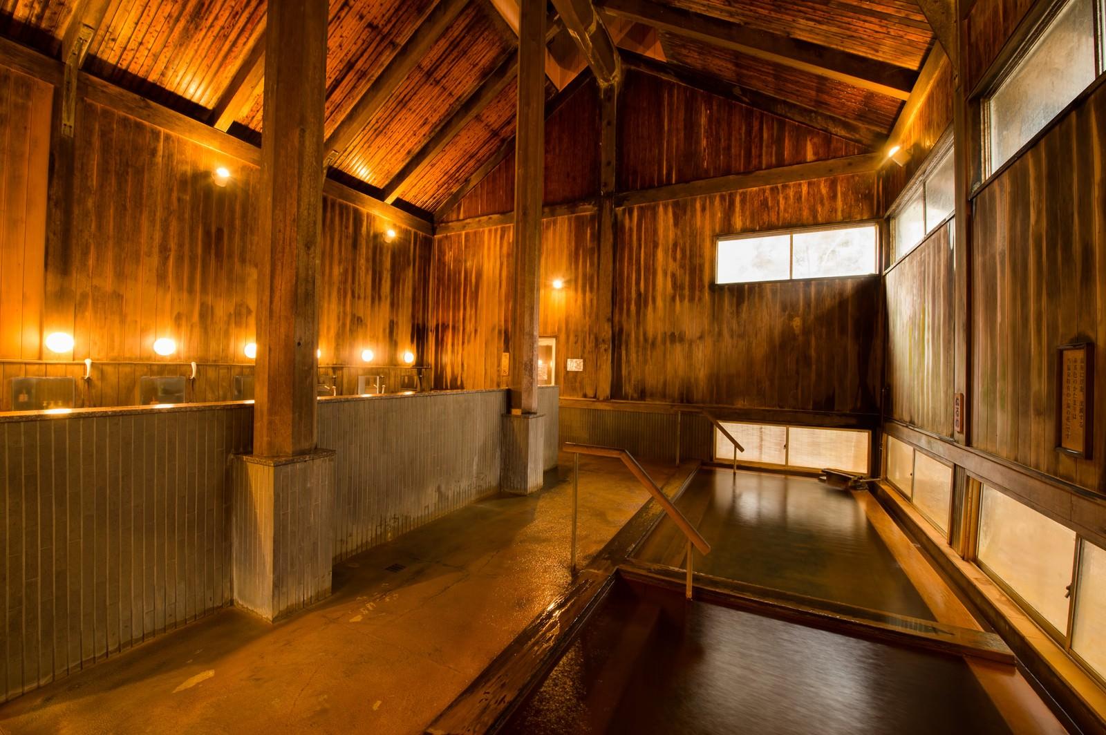 「老舗旅館の風格がある木造の内湯温泉」の写真