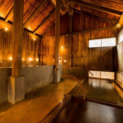 「老舗旅館の風格がある木造の内湯温泉」の写真素材