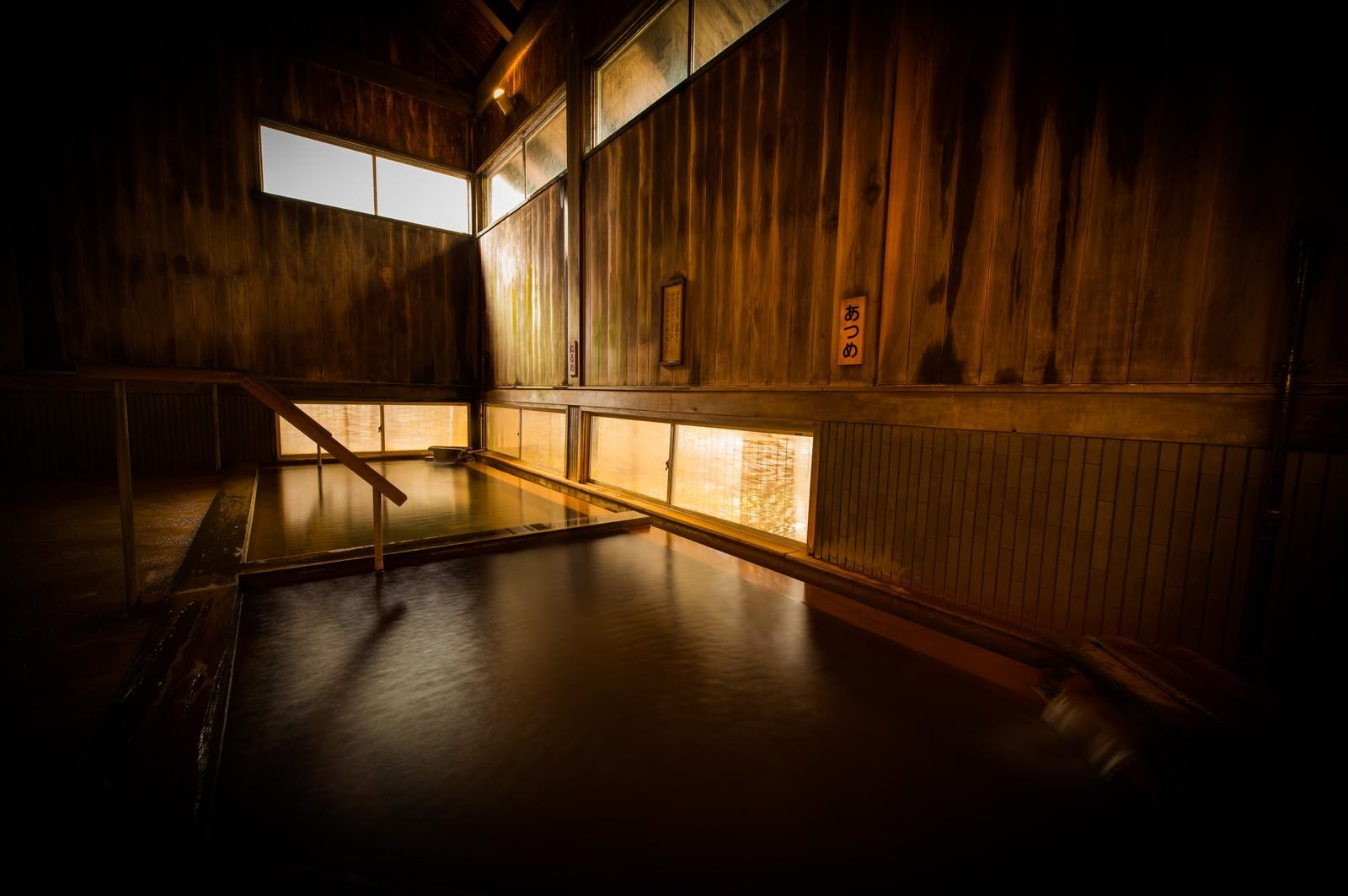 「湯治としての歴史が深い平湯温泉の老舗宿の内湯」の写真