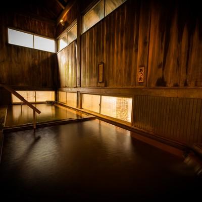 湯治としての歴史が深い平湯温泉の老舗宿の内湯の写真