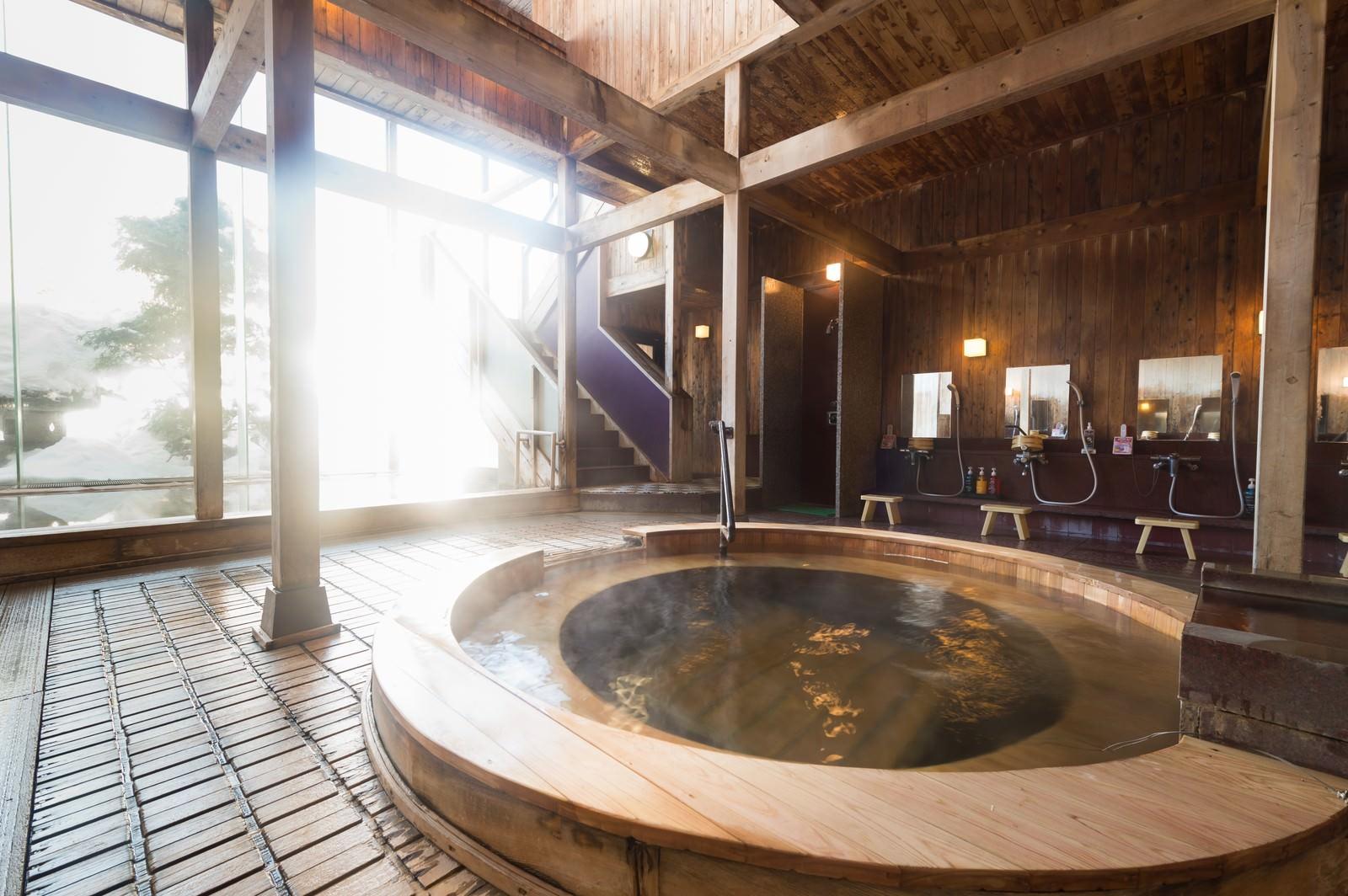 「コウノマキを使用した珍しい源泉かけ流しの浴槽がある岡田旅館の内湯コウノマキを使用した珍しい源泉かけ流しの浴槽がある岡田旅館の内湯」のフリー写真素材を拡大