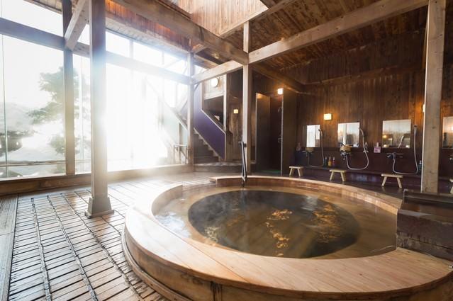 コウノマキを使用した珍しい源泉かけ流しの浴槽がある岡田旅館の内湯の写真