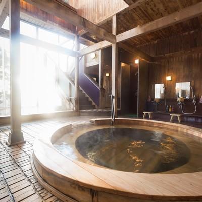 「コウノマキを使用した珍しい源泉かけ流しの浴槽がある岡田旅館の内湯」の写真素材