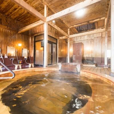 ラグジュアリーな湯浴みを予感させる源泉かけ流し温泉の写真