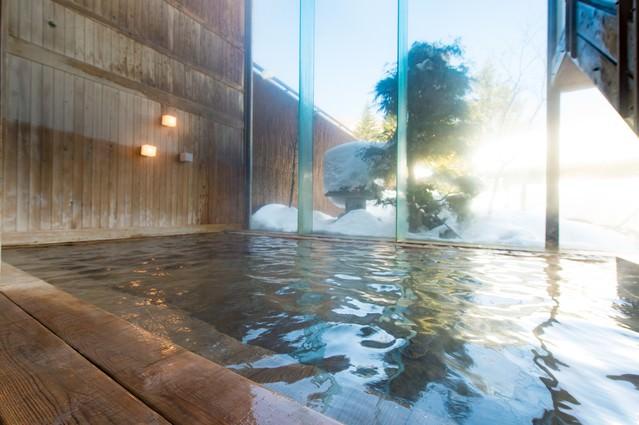 朝日を浴びて輝くトロトロの泉質の源泉かけ流し温泉の写真